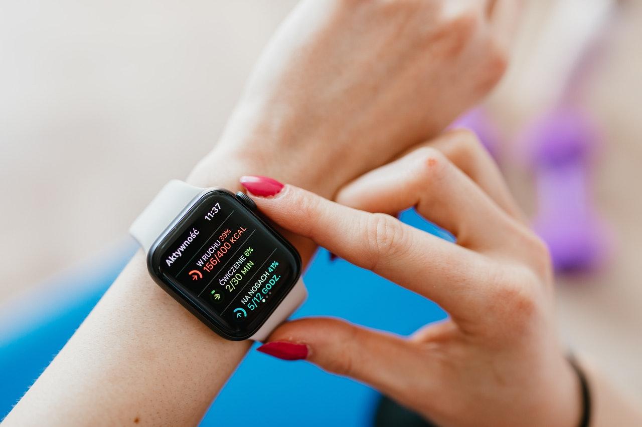 wanita memeriksa smartwatch terbaik di tangan