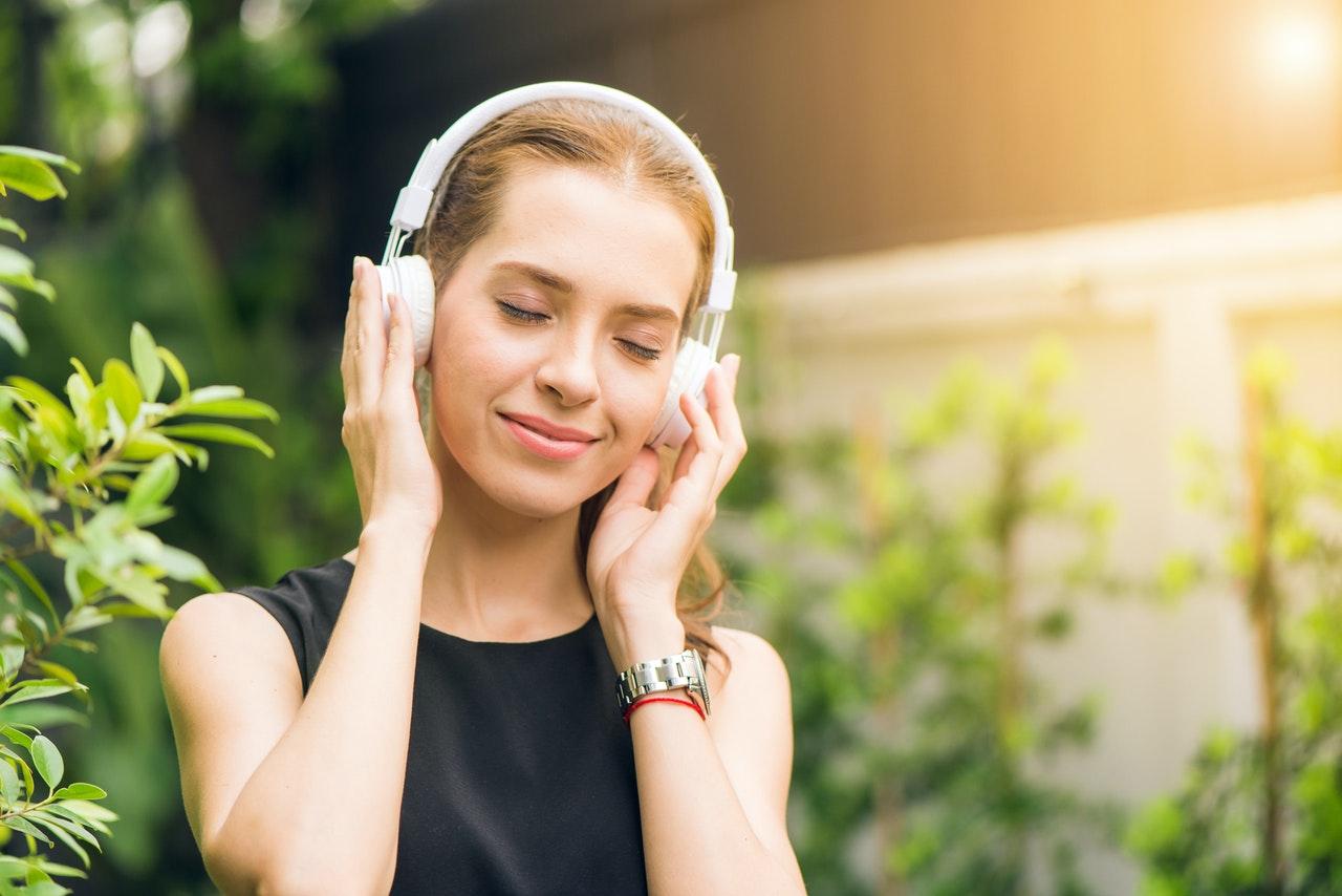 Cari headset terbaik yang terbuat dari bahan yang nyaman