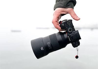 Kamera mirrorless terbaik yang kecil di tangan