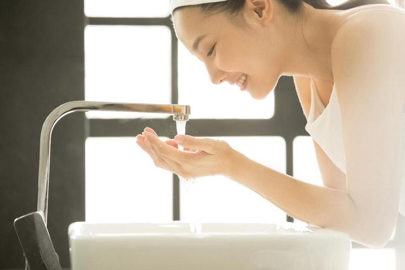 Cara membersihkan kulit wajah sebelum memakai sheet mask