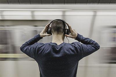 Pria memakai headphone terbaik yang sesuai dengan kebutuhan sehari-hari