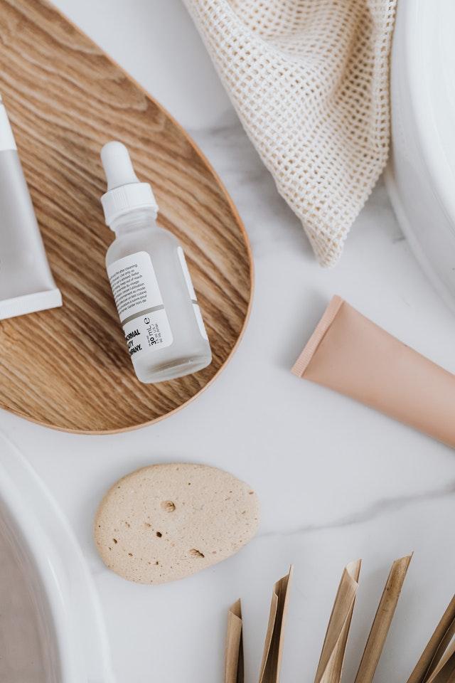 Pilih serum yang mengandung hyaluronic acid