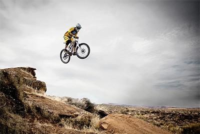 bersepeda gunung olahraga melompat