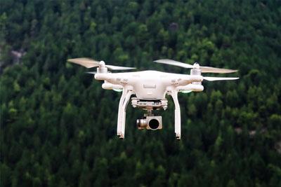 drone terbaik ketika terbang dan memfoto