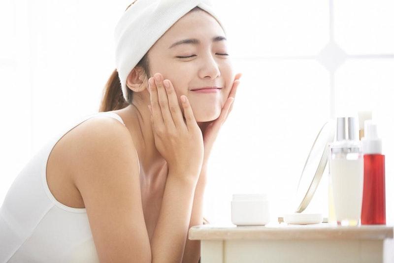 gerakan yang lembut saat pengaplikasian produk serum wajah terbaik