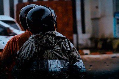 memakai jas hujan terbaik ketika naik motor sehingga lebih leluasa