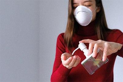 tangan wanita dan hand sanitizer