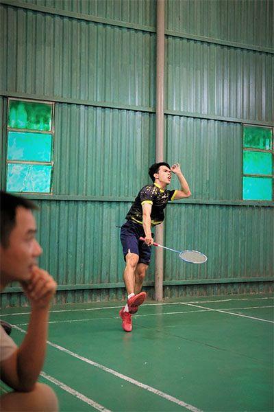 smash menggunakan raket badminton terbaik