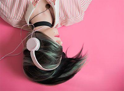 Wanita menggunakan headphone terbaik pink minimalis