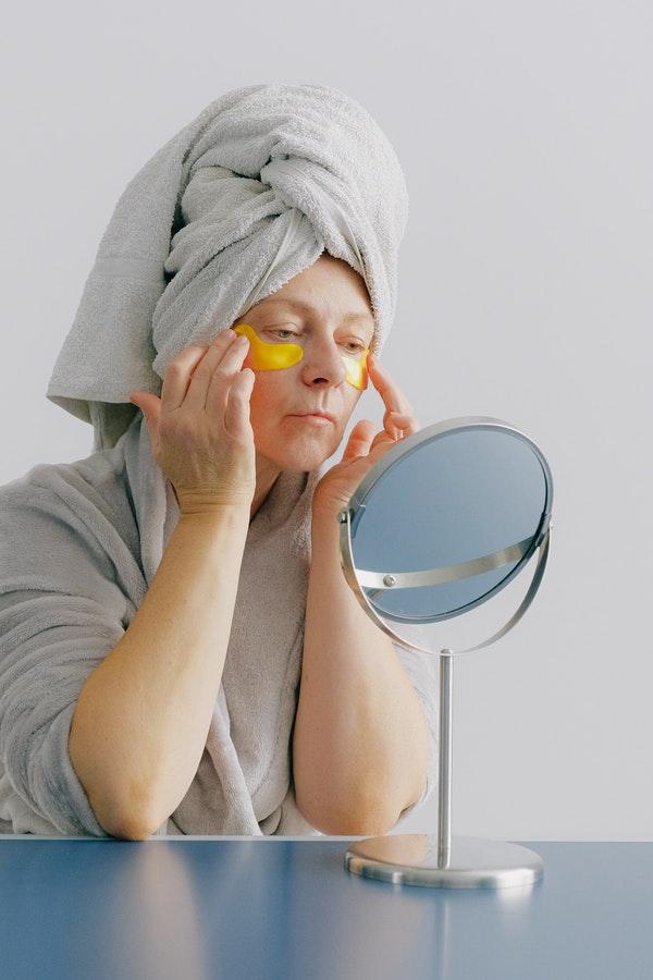 fungsi eye mask untuk menyamarkan tanda-tanda penuaan dini
