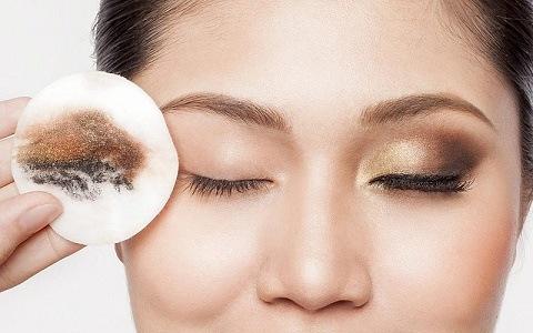 cara menghapus makeup dengan micellar water alternatif dari minyak kelapa