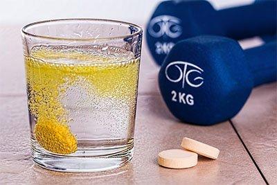 Vitamin C Terbaik bentuk tablet dilarutkan dalam air