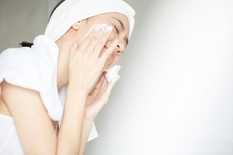 gunakan exfoliating toner bersihkan wajah dulu
