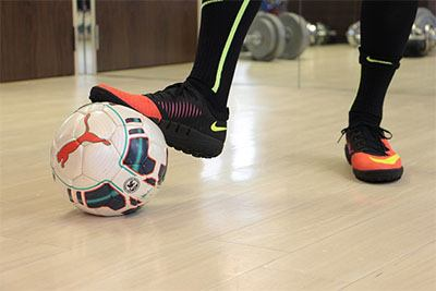 Sepatu futsal terbaik memiliki bentuk berbeda dengan sepatu sepakbola biasa