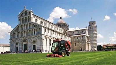 Merapikan rumput dengan mesin pemotong rumput terbaik