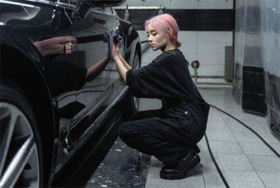 Seorang wanita menggunakan coating mobil terbaik untuk hasil terbaik
