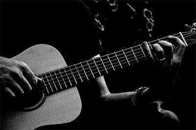 Memetik gitar akustik